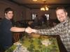 Shakehands (oder Übern-Tisch-ziehen): Manuel vs. Johannes