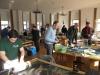 Die Präsentatoren beim Bestücken der Tische