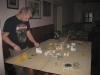 Fabian Tisch baut den Wüsten-Tisch auf (was ein Wortspiel!)