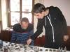 Franz und Tomizlav beim Schablonen positionieren