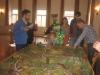 MThomas erklärt Familie und Freunden das Spiel