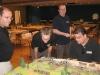 Die Franzosen begutachten unseren Demo-Tisch (rechts Alex Buchel)