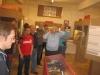 Die versammelten Hobbyisten lauschen (vorne in rot: Lexxman)